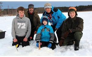 Unge Elias Samdahl i mitten vid ett av 18 utsatta angeldon vid sportlovsaktiviteten på sjön Glaningen. Mattias Berg till vänster och Christoffer Carlsson tll höger. Bakom ledarna Sven-Erik Johansson och Yvonne Wallin. FOTO: BOO ERICSSON