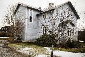 Fönstren har bytts ut och det höga  fönstret i trapphuset ger karaktär till huset.