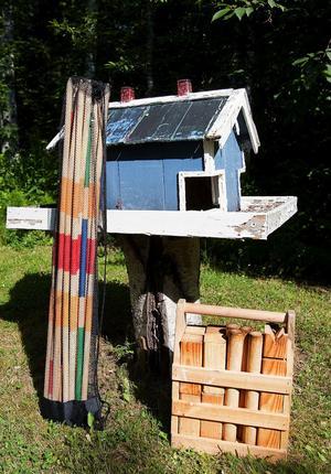Bredvid fågelhuset står ett kubbspel och ett crocketspel, redo att plockas fram när familjen vill umgås.