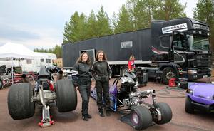 Familjen Sørensen med hela sin långtradare där familjen bor under tävlingarna.  Malin och Veronica och  mamma Liv-Marit vid grillen.