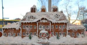 SÄLJS. Lövstabruks herrgård i all sin prakt har blivit pepparkakshus. Modellen auktioneras ut och pengarna går till Ungdomsnätverket i Tierp.