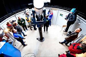Både bybor och långväga gäster kom till astronomins dag i Gäddede, och de nyfikna besökarna ville se hur observatoriet såg ut invändigt.