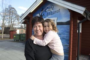 Anette Wallenstein Tiger och barnbarnet Moa ser med spänning fram emot öppnandet av Café Ankaret.