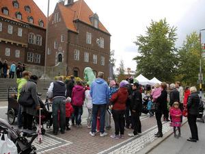 Barnens favorit, Birger, kom på besök utanför rådhuset och lockade snabbt både stora och små med sina Birgerreflexer.