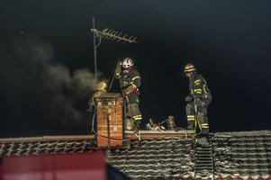 Räddningstjänst lodar för att få bort sot från skorstenen