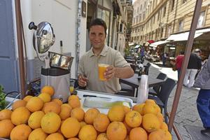 En mugg med nypressad apelsinjuice i Palermos gränder.   Foto: Ola Wickander/TT