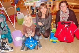 Wega Sandström, sju år, och Carina Ermesjö och Maria Fridén är nöjda med barnloppisen och ser fram emot nästa.