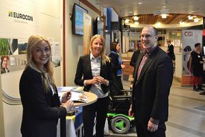 – Synd att inte fler studenter besöker mässan, det är ett bra tillfälle för dem, tycker Linnea Lindberg, regionchef för bemanningsföretaget Professionals Nord. Här tillsammans med kollegorna Sara Gagner och Pontus Puljer.