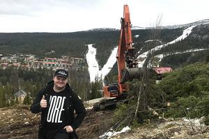 Dags för byggstart, signalerar Linus Svedin uppe på Klockarfjället.