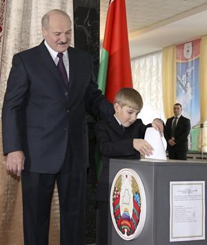 Ingen fuskröst. Här röstar den vitryske presidenten Lukasjenko på sig själv, men andra röster på honom var nog förfalskade.