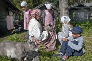 Alla förstaklassare i Bollnäs kommun har fått uppleva livet på gammelmormors tid under en dag i Västerby, Rengsjö. I tidsenliga kläder har barnen fått kela med killingar och klappa kaniner.