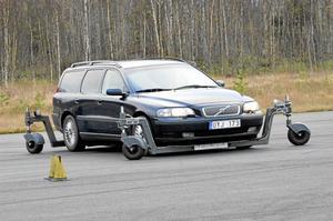 Bra testbana. Flygplatsrakan har visat sig passa perfekt för proven i riskutbildningarna för bilförare. Genom att manövrera hjulen på ställningen i olika lägen så kan läraren välja underlag för respektive övning.