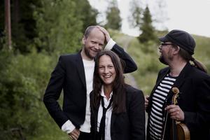 Janne Strömstedt, Emma Härdelin och Kjell-Erik Eriksson spelar Thyra Karlssons visskatt på Gamla Teatern i kväll.