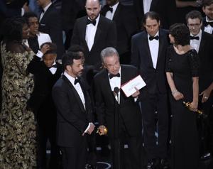 Prisutdelaren Warren Beatty fick fel kuvert med sig upp på scenen.