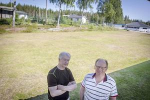Bakom ena läktaren är solpanelerna tänkta att placeras. IFK Bergviks ordförande Bengt Olov Lindh och Roland Eriksson är glada över bygdebidraget som möjliggör energisatsningen.