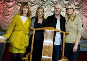 Stockholms filmfestivals jury och Ai Weiweis stol. Medlemmarna i årets jury är Lena Endre, Helena Danielsson, Kristian Petri och Moa Gammel. Ai Weiwei själv kan inte lämna Kina men hoppas kunna medverka i juryarbete ändå. Ej med på bild är regissören Hiner Saleem, som också ingår i juryn.