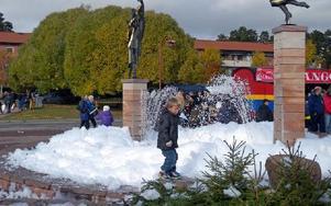Det skummade rejält i fontänen vid kommunalhuset i Rättvik. Foto: