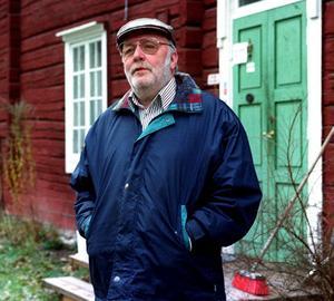 Nicke Sjödin utanför sitt hem på Bruket i Sollefteå.