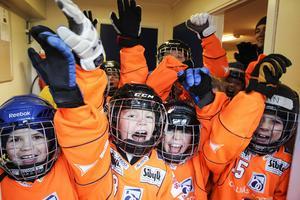 I paus möts Bollnäs och Edsbyns yngre spelare på planen. Det här laget är segervisst.