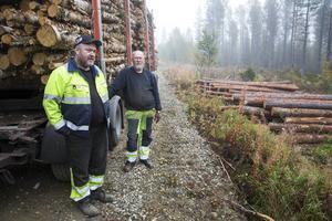 Bröderna Pär-Olof och Sven-Olof Olofsson vädjar om bättre villkor för transportbranschen, och de är rädda för att en höjd kilometerskatt ska knäcka deras företag.