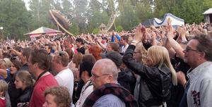 ... inför en stor publik i Furuvik.