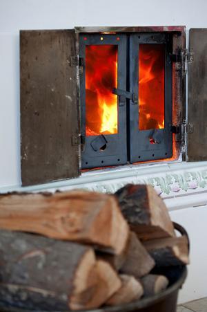 Kakelugnen räddades från en rivningskåk på Hagalund och brinner nu trivsamt i familjen Janssons hem i Forssa.