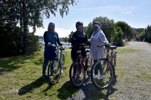 Joumana, Fatima Mazari och Halla Seed på cykelkurs i Stadsparken i Örnsköldsvik.