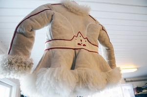 En kopia på prinsessans fårskinnspäls hänger i ateljen.