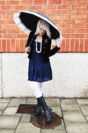 Vacker i fult väder. Använd paraplyn som en del av din outfit. Ett vackert paraply är ett enkelt trick för att hålla stilen och humöret uppe under oväder.