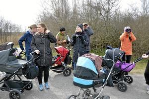Föräldrarna lämnar sina hem och vardagssysslor för att njuta av naturen ihop med barnen.