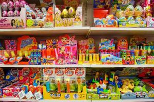 På hyllorna hos Karamellagret ryms godis i alla dess former och modeller. Allt från klassiker som Kinderägg och Pez till mer avancerade Sweet Toys target ball och Frutti Squirt.