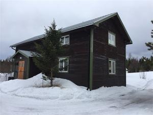 I Ulvsjön, mitt emellan Älvdalen och Lillhärdal, en mindre gård med mycket mark till.