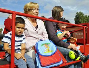 En åktur i brandbilen för mormor Helene Reichel och mamma Lina Sterner samt barnen André och Joel.