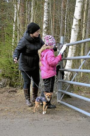Svarade. Anna Ehn och Eveline Björn fick inte mycket hjälp under tipspromenaden av chihuahuan Sebbe. Foto: Jan Wijk
