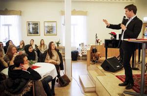 Erik Ullenhag (FP), som är integrationsminister, besökte i dag Östersund för att prata om integration och främlingsfientlighet med gymnasieelever.