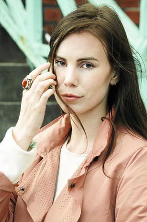 Anknytningen till Vikarbyn är stark. Pauline använder sig gärna av Sköttmärket, ett bomärke från släktgården, som hon målar på olika ställen på kroppen. Som här på ringfingret.