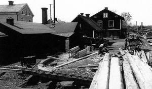 """Bild från 1919. I de enkla och fattiga Vasstoftakvarteren kring hamnen i Skebäck i Örebro bodde många resandefamiljer och området kallades i folkmun för """"tattarstan"""". Bild: Sam Lindskog/Örebro läns museum"""