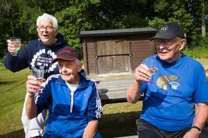 Helge Wold och Bror Norgren hyllades av Halldis Malm och de andra boulespelande kamraterna i Norberg. Helge fyller 95 år den 19 juni och Bror fyller 90 år den 13 augusti.