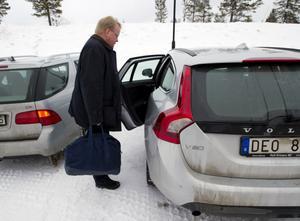 Peter Hultqvist var en av få toppolitiker som kom i egen bil och utan säpovakt till Folk och Försvars rikskonferens i Sälen.