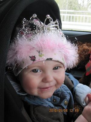 Här har vi lilla Systerdotter Wilma som alltid är glad och charmar alla runtomkring. Här har hon fått en krona då vi varit ute och shoppat. Passar bra då vi tycker att hon är våran lilla prinssessa.