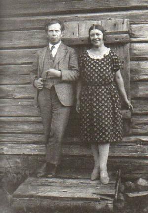 Ivar Lo-Johansson och Maria Nordberg vid Tjärnviksbodarna nära Krångede, sommaren 1927.