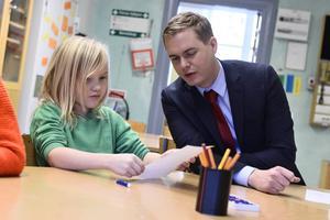 Utbildningsminister Gustav Fridolin (MP) har en mångfacetterad utmaning att vända skolresultaten.
