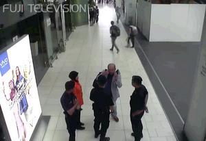 På flygplatsens övervakningskameror kunde man se hur Kim Jong-Nam sökte hjälp hos flygplatspersonalen efter att ha fått gift i ansiktet. Han avled senare i ambulansen.