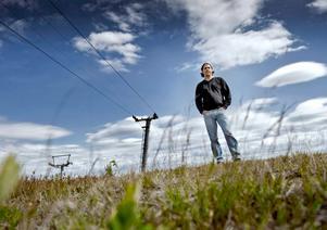 Vd för Storstenshöjden i Örebro AB. Johan Larsson berättar att företaget vill köpa anläggningen och göra de nödvändga investeringar som behövs. Han menar att det köpekontrakt som finns gäller, medan kommunen hävdar att det inte gör det.