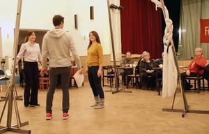 Anna Pareto, Victor Ström och Cecilia Wernesten från Folkteatern repeterar en scen i Framtiden i mig, i Ljusne Folkets hus.