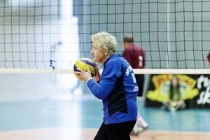 89-åriga Lillemor spelar volleyboll i kompisgänget Optimisterna.
