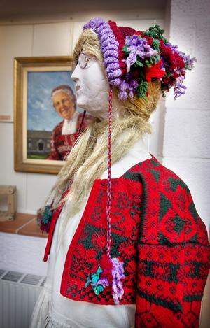 Denna docka har försetts med underklänning, kofta och en typisk hätta, en pingelushka, som den kallas lokalt. Stavningen är lite omstridd.