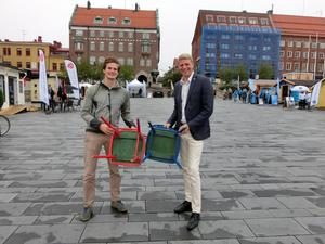 Miljöpartisterna Björn Lindgren och Per Bolund vill inte riktigt välja stol men gläds åt att båda är gröna på undersidan.
