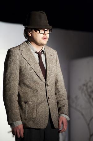 Manusförfattaren Anders Nohrstedt spelar också flera roller i revyn, bland annat som den ständigt dystre Ulf E. Bitter. Men roligast blir det när han uppträder i skepnad av