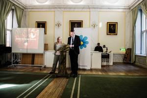 Julia Kronlid (SD, toppkandidat i kyrkovalet, och Mattias Karlsson, ledamot i Sverigedemokraternas verkställande utskott, presenterar partiets valmanifest inför kyrkovalet 2013 vid en pressträff i Storkyrkosalen i Stockholm.